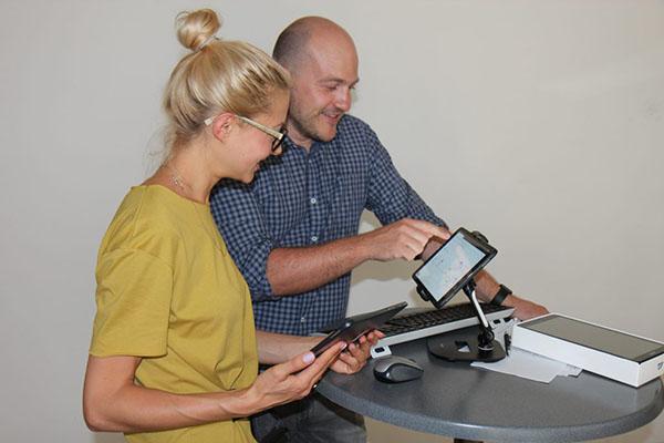 Annika Mayer (Projektleitung, Kaisers-Backstube) und Simon Mohr (E2N) bei der Schulung vor Ort